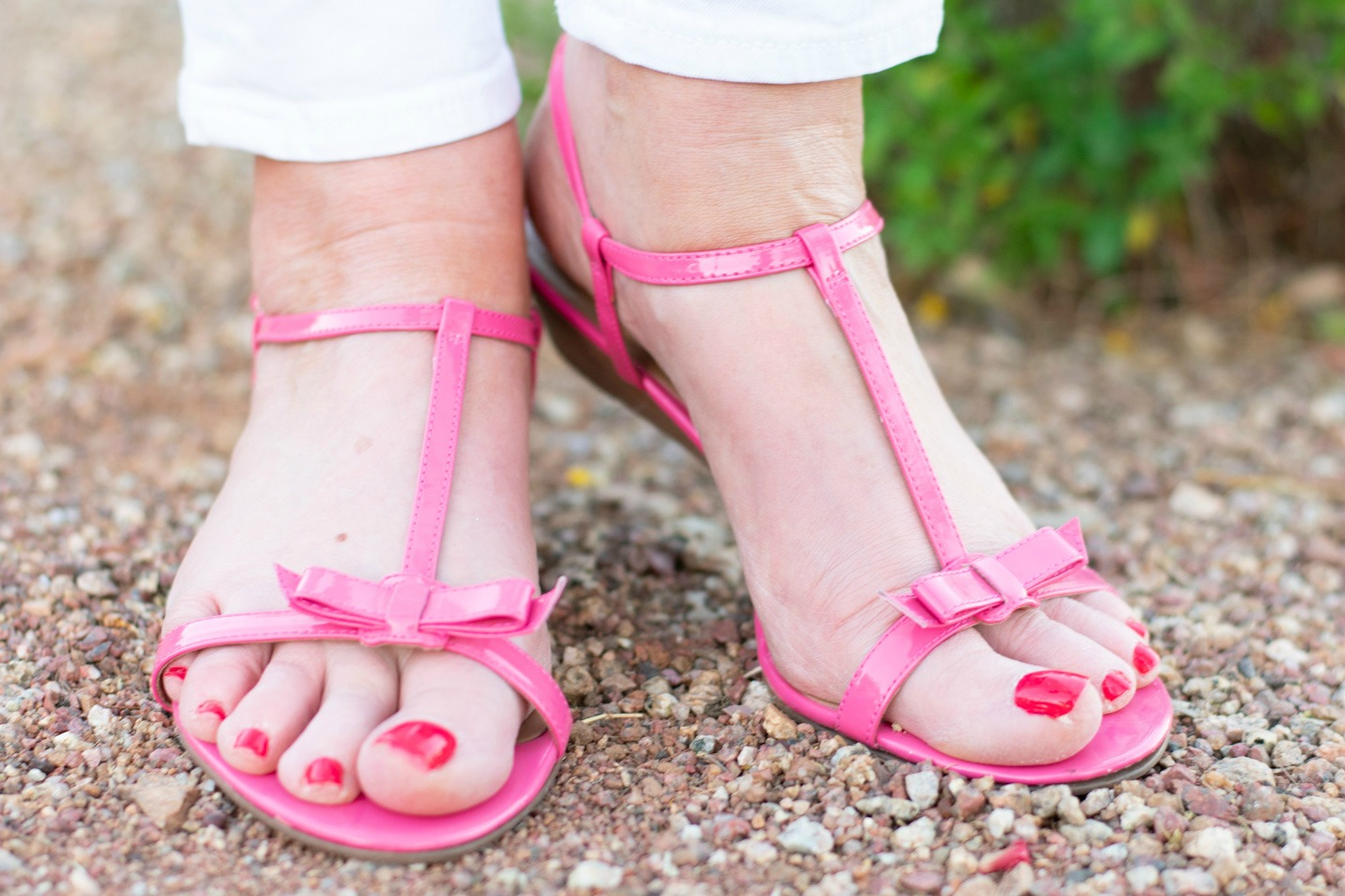 White skinny jeans with pink sandals